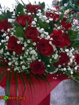 Прекрасният букет от 25 червени рози